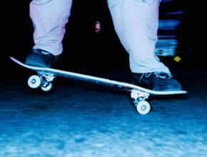 Un skateur en action