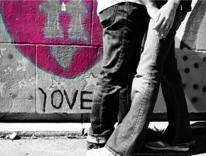 Des amoureux se tiennent la main